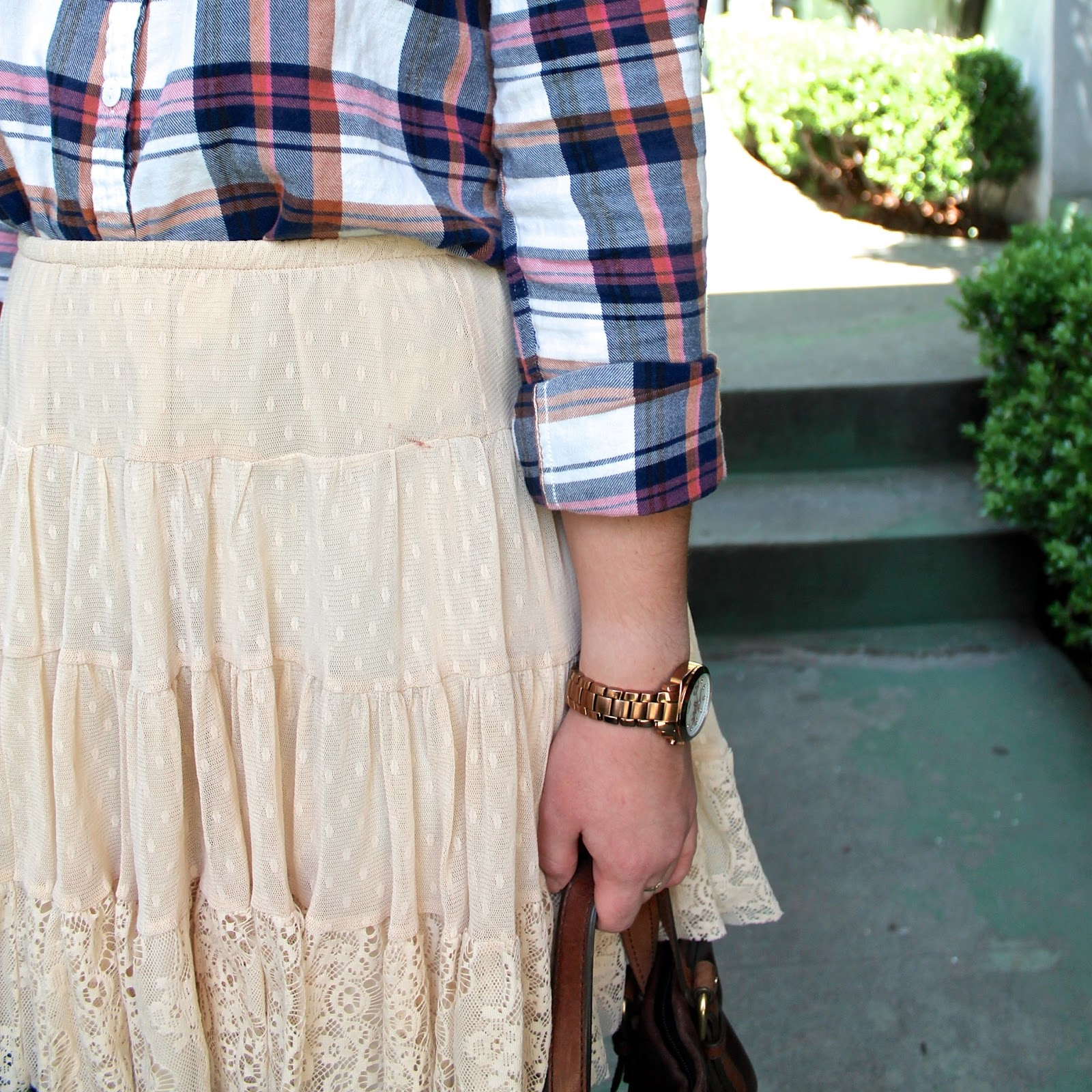 vintage-inspired-lace-skirt-and-plaid-shirt-outfit-ideas
