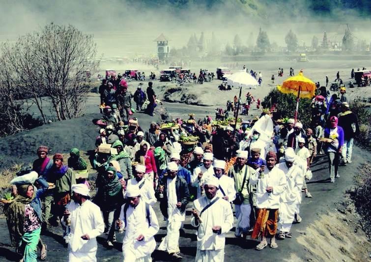 Kegitan ritual rutin suku Tengger di lereng gunung bromo
