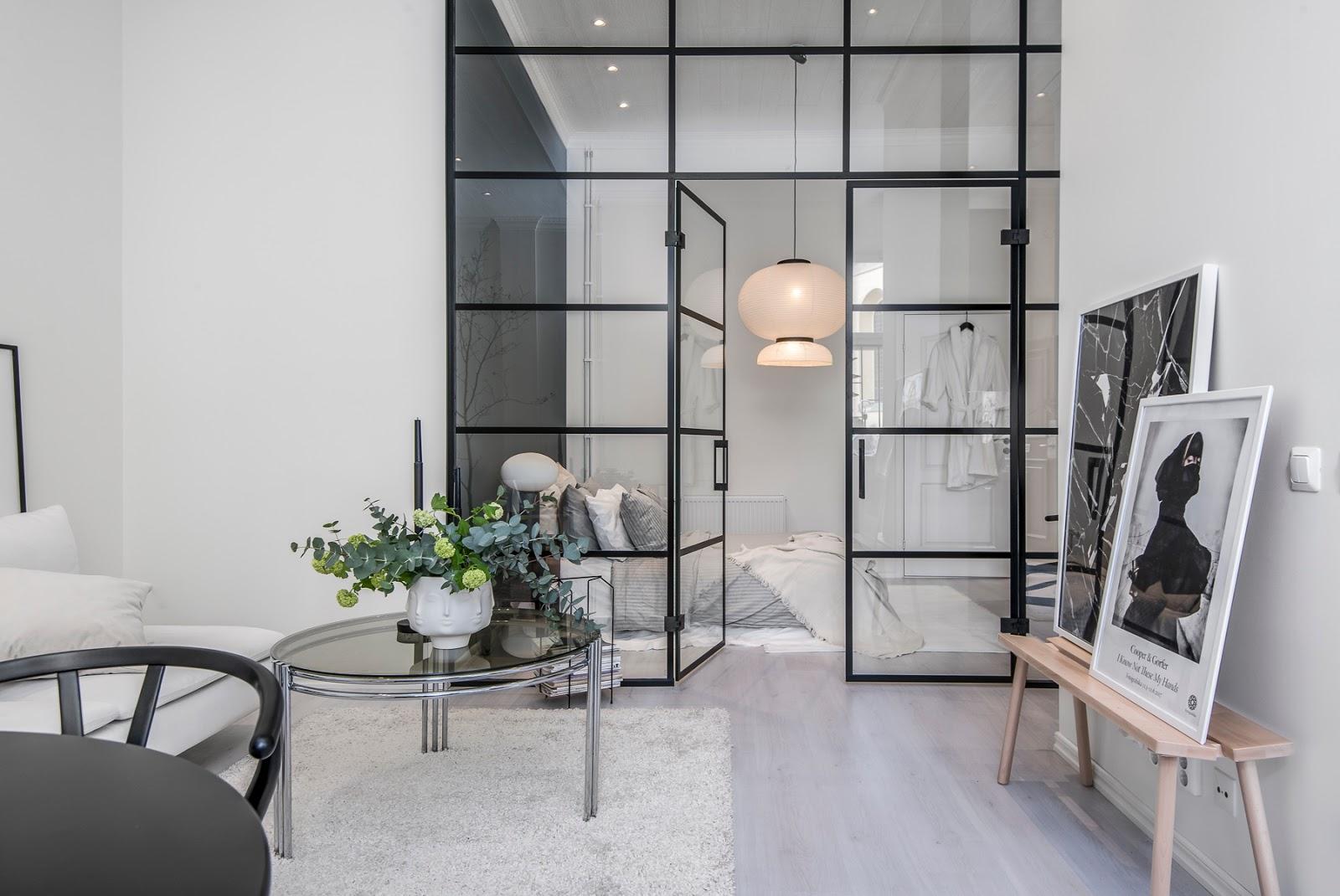 Perete de sticlă între dormitor și living într-un apartament de 55 m²