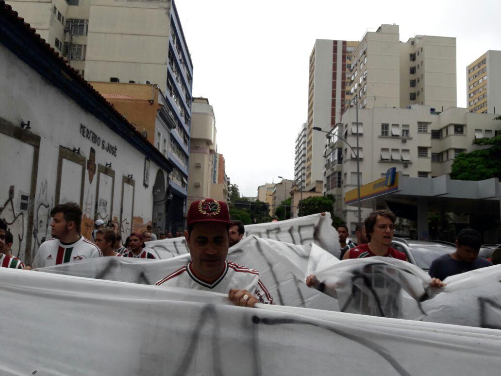 Torcida Protesta Contra Presidente Na Frente Da Sede Das