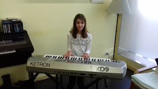 Martina tocant el piano a l'Aviparc