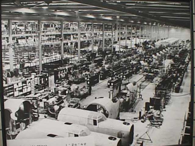 Production at the SPAWAR plant in San Diego on 24 January 1942. The production line is making B-24 Liberators. worldwartwo.filminspector.com