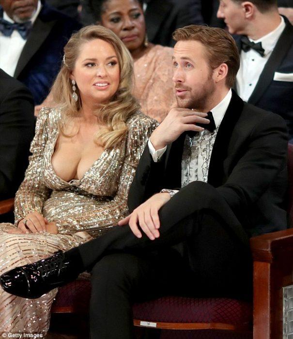 El escote de la hermana de Ryan Gosling se lleva la noche