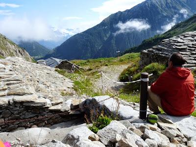 ツール・ド・モンブラン ル・プティからバルム峠 スイス レルバジェールの石の家畜小屋 les Herbagères