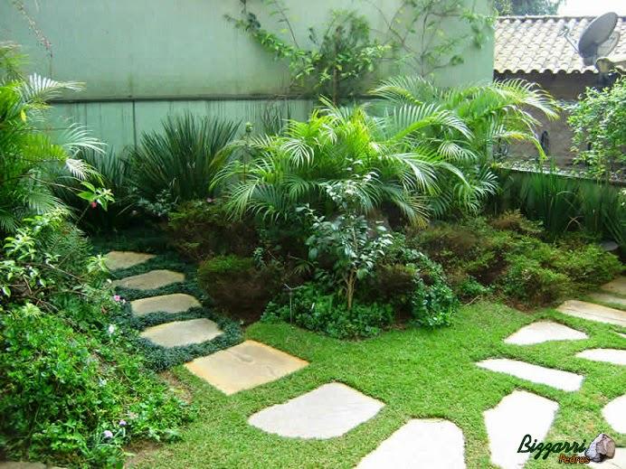 Caminho no jardim com pedra Goiás tipo cacão com a execução do paisagismo.
