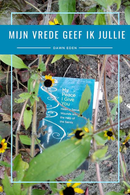 Boek achter bloemetjes in de tuin getiteld My Peace I Give You door Dawn Eden.