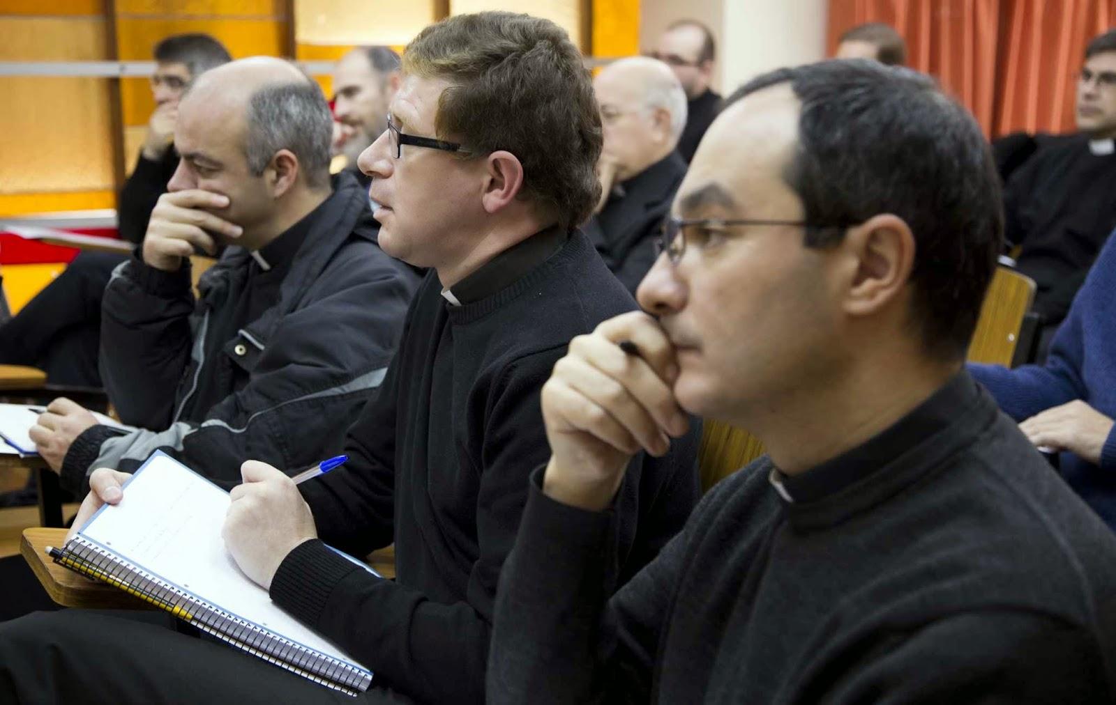 Clerigos estudiando