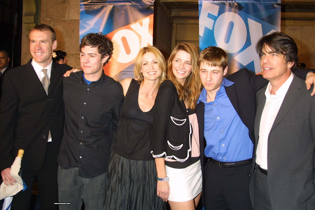tate, adam brody, Kelly Rowan, Mischa barton, Ben Mckenzie, Peter Gallagher group photo