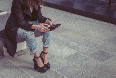 Mary Jane con tacco alto indossate con jeans