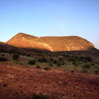 """Cerro Quemado en la Sierra de Catorce. Según documentos históricos cuando se abrió la mina de plata en 1775 la sierra estaba cubierta de bosques. Cincuenta   años después, en 1825, las crónicas   dicen que """"no quedaba ni un árbol   ni un matorral""""."""