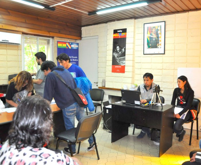 Empadronamiento de residentes bolivianos en una oficina en Argentina / EL DIARIO / WEB