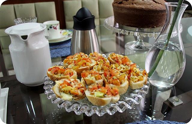 Café da Tarde Torrada com Azeite, Queijo, Tomate e Orégano