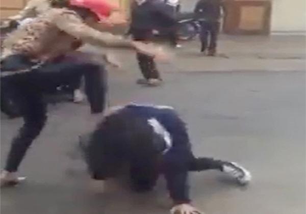 """Nữ sinh bị túm tóc đánh, lột đồ vì """"đòi nợ"""" thay ba mẹ"""