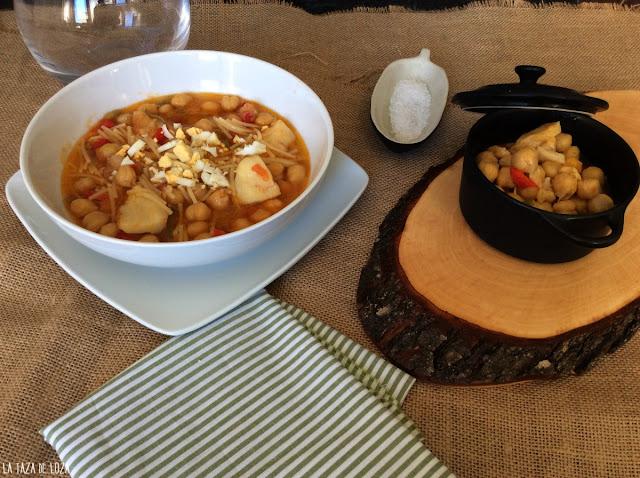 plato-servido-de-garbanzos-y-bacalao-con-fideos