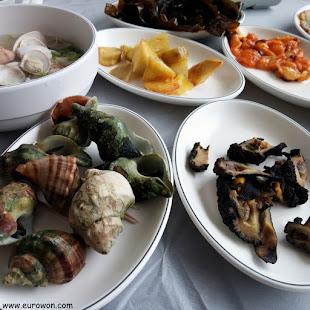 Mariscos coreanos con caracolas y orejas de mar