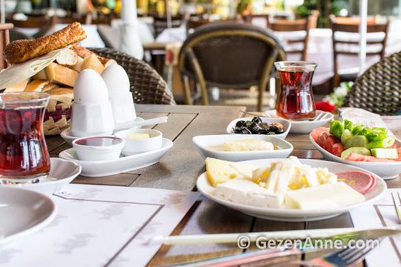Kale Çay bahçesinde İstanbul Boğazı'nın hemen dibinde kahvaltı yapmak keyifli, Rumeli Hisarı