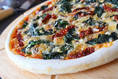 Pizza ze Szpinakiem i Suszonymi Pomidorami - Przepis - Słodka Strona