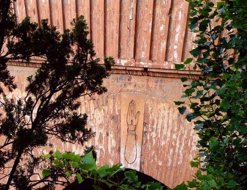 """Granada. Khmisa wrzeźbiona nad główną bramą Alhambry """"Puerta de la Justicia"""""""