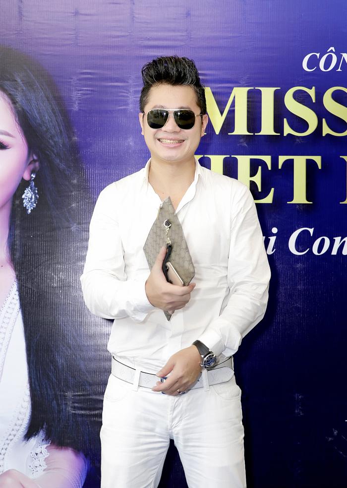 Ca sĩ Lâm Vũ trông rất điển trai diện nguyên cây trắng nổi bật giữa sự kiện.