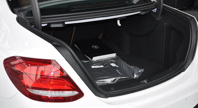 Cốp sau Mercedes E300 AMG 2017 nhập khẩu thiết kế rộng rãi và thoải mái