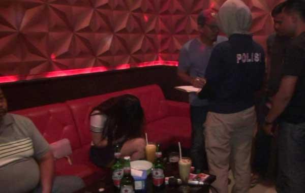 petugas gabungan tes urine pengunjung hiburan malam di indramayu