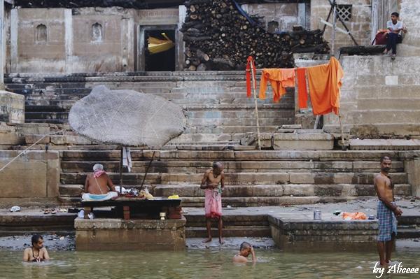 ritualul-spalarii-in-Varanasi