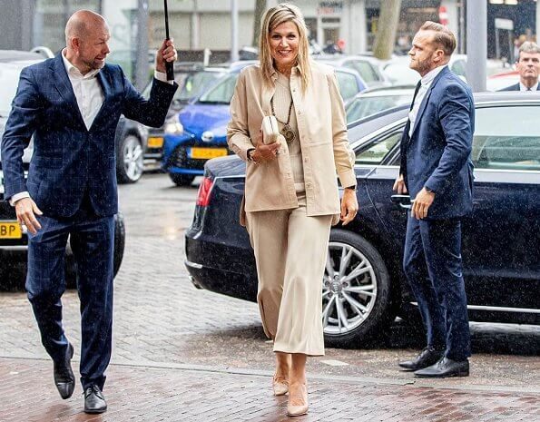 Queen Maxima wore a beige shirt and sweater by Massimo Dutti. The Queen wore a new wide leg trousers by Zara. Fossil earrings