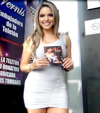Foto de Vernis Hernández con vestido blanco