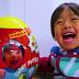 Título: Un niño de 7 años hace una fortuna al año en YouTube.