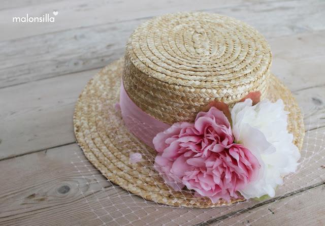 Sombrero de paja para boda, invitada con flores de tela grandes.