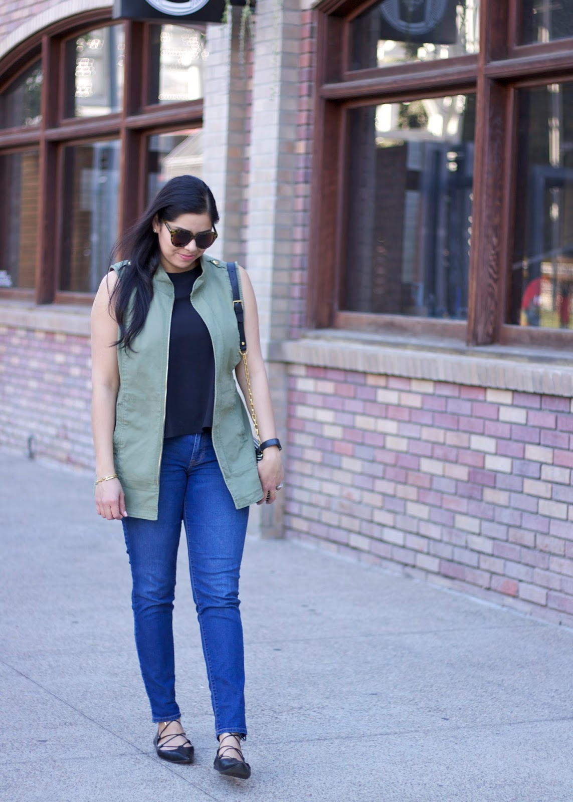 How to wear a utility vest in a feminine way, cute utility vest outfits, green vest