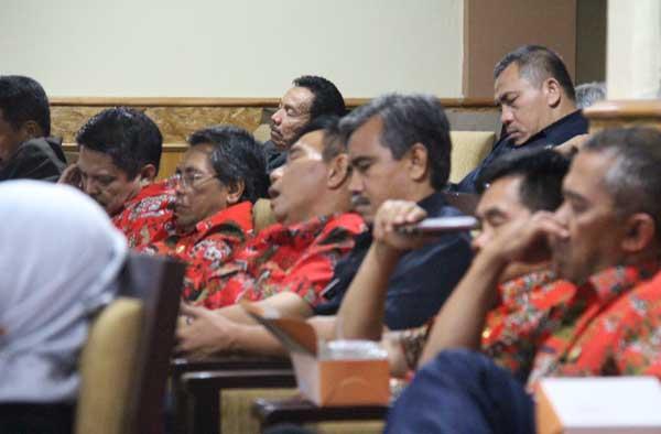 pejabat kabupaten cirebon tertidur saat paripurna