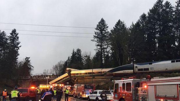 Varios muertos y heridos al descarrilar un tren de pasajeros en EE.UU.