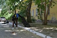 Уборка мусора в центре Астрахани