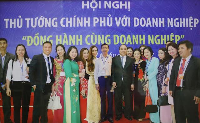 Chủ tịch HÐQT - Anh hùng Lao động Nguyễn Quang Mâu chụp ảnh cùng Thủ tướng Nguyễn Xuân Phúc trong Diễn đàn Thủ tướng Chính phủ với DN (17/5/2017).
