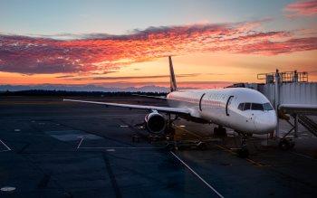 Wallpaper: Passenger aircraft on SEATAC International Airport