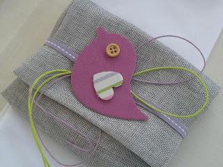 μπομπονιέρα βάπτισης γκρι υφασμάτινος φάκελος με πουλάκι