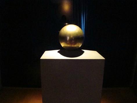 Urna dorada con las cenizas de Tesla