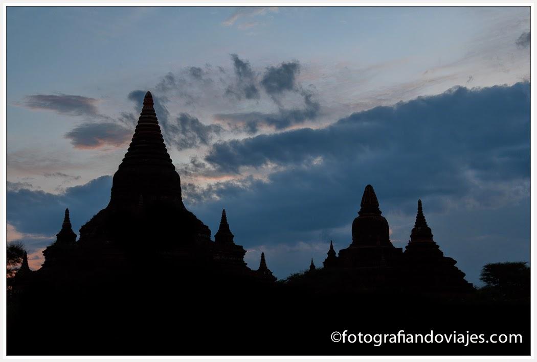 Atardecer  en Bagan cerca de  Buledi paya en Myanmar