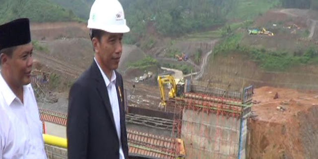 Pembangunan 30 Waduk Ditargetkan Kelar 2019 - Ket Foto Presiden Joko Widodo mengunjungi Waduk Gondang di Karanganyar, Jumat (11/3/2016)