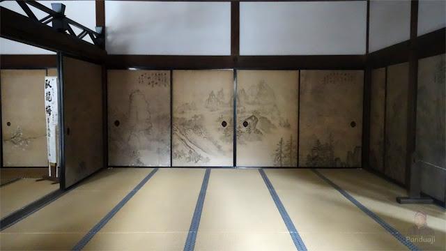 Rumah tradisional jepang dengan lukisan di pintu gesernya