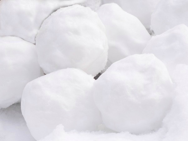 MAGIC SNOW! Only 2-ingredients and your kids will be in awe!  (It's cold & it erupts!) #snowplayrecipe #playrecipe #homemadesnow