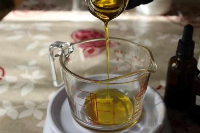Pesando el aceite macerado con manzanilla