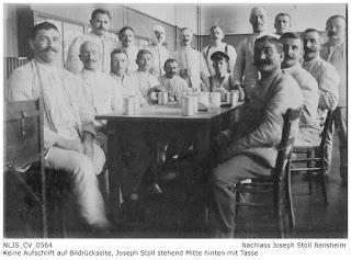 Joseph Stoll (hinten Mitte mit Tasse) mit Kameraden, unbekannter Ort und Zeit, vermutlich aber Grundausbildung Darmstadt 1915; Nachlass Joseph Stoll Bensheim, Stoll-Berberich 2016
