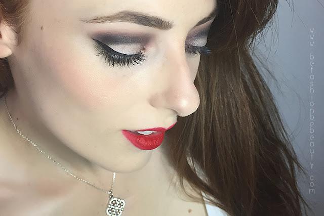 Maquillaje acabado de ojos con la paleta Showstoppers de Sleek.