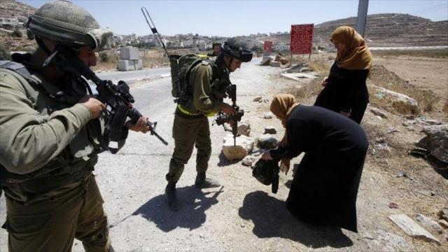 Policías enmascarados israelíes agreden a familia palestina
