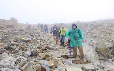pendaki saat turun dari Gunung Papandayan, Garut