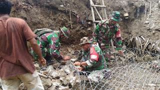 TNI-Polri dan Masyarakat Piru Pasang Bronjong Penahan Longsor di Sungai Dusun Tanopol.lelemuku.com.jpg