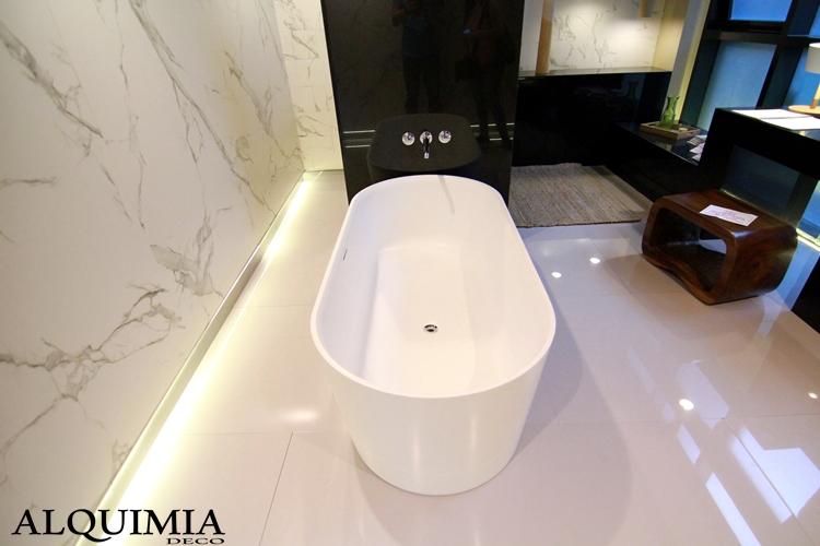 bañera-blanca-casa-decor-2016-madrid-marmol-excenta-suelo-blanco-ceramica-rodapies-iluminado