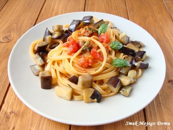 Spaghetti z podsmażanym bakłażanem i czosnkowym sosem pomidorowym